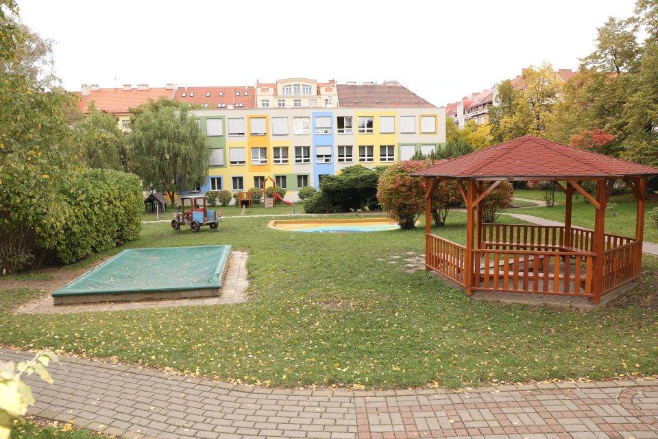 http://skolypraha3.cz/wp-content/uploads/2016/07/MS_Jeseniova_98_01.jpg