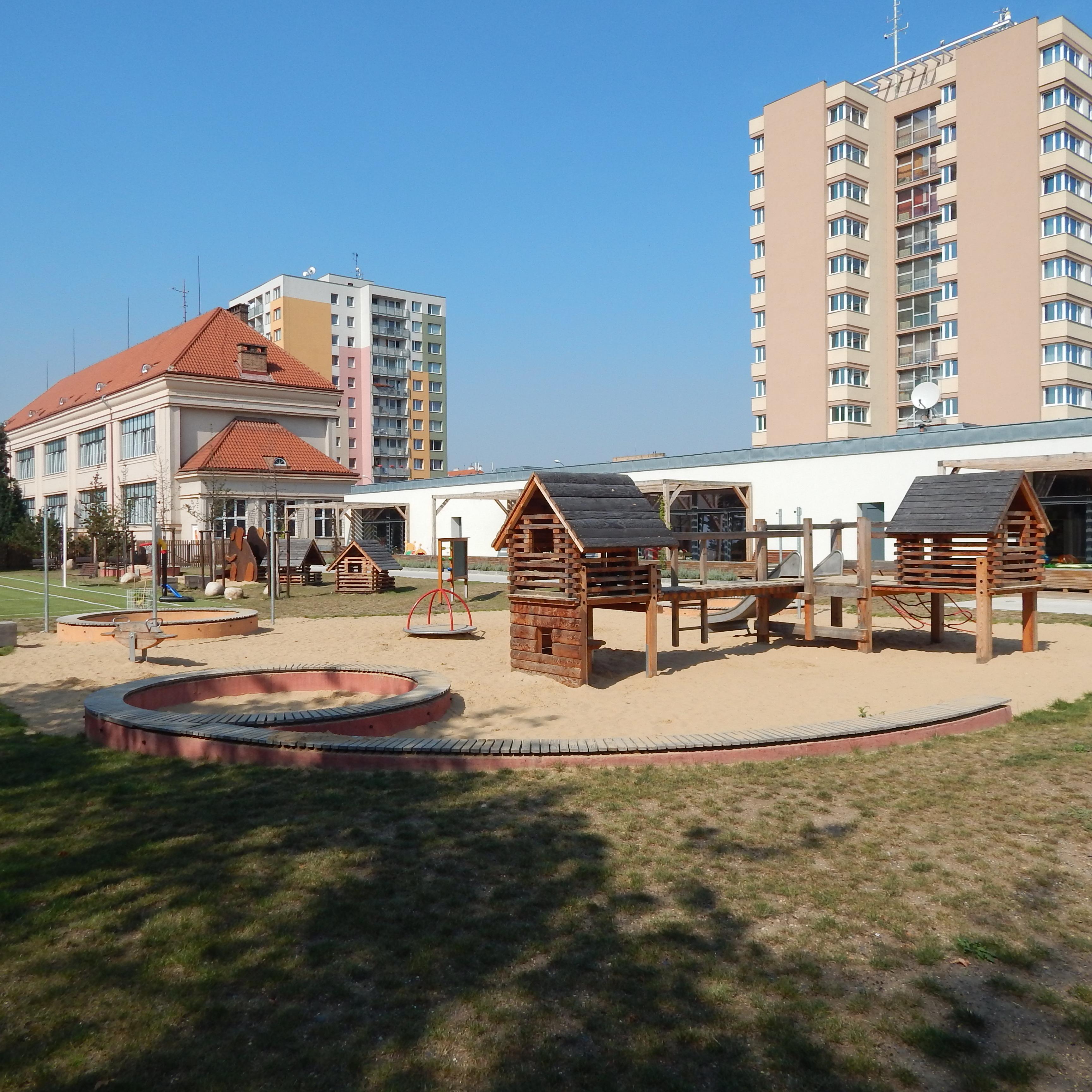 http://skolypraha3.cz/wp-content/uploads/2016/09/ZŠ-A-MŠ-JAROV-5.jpg