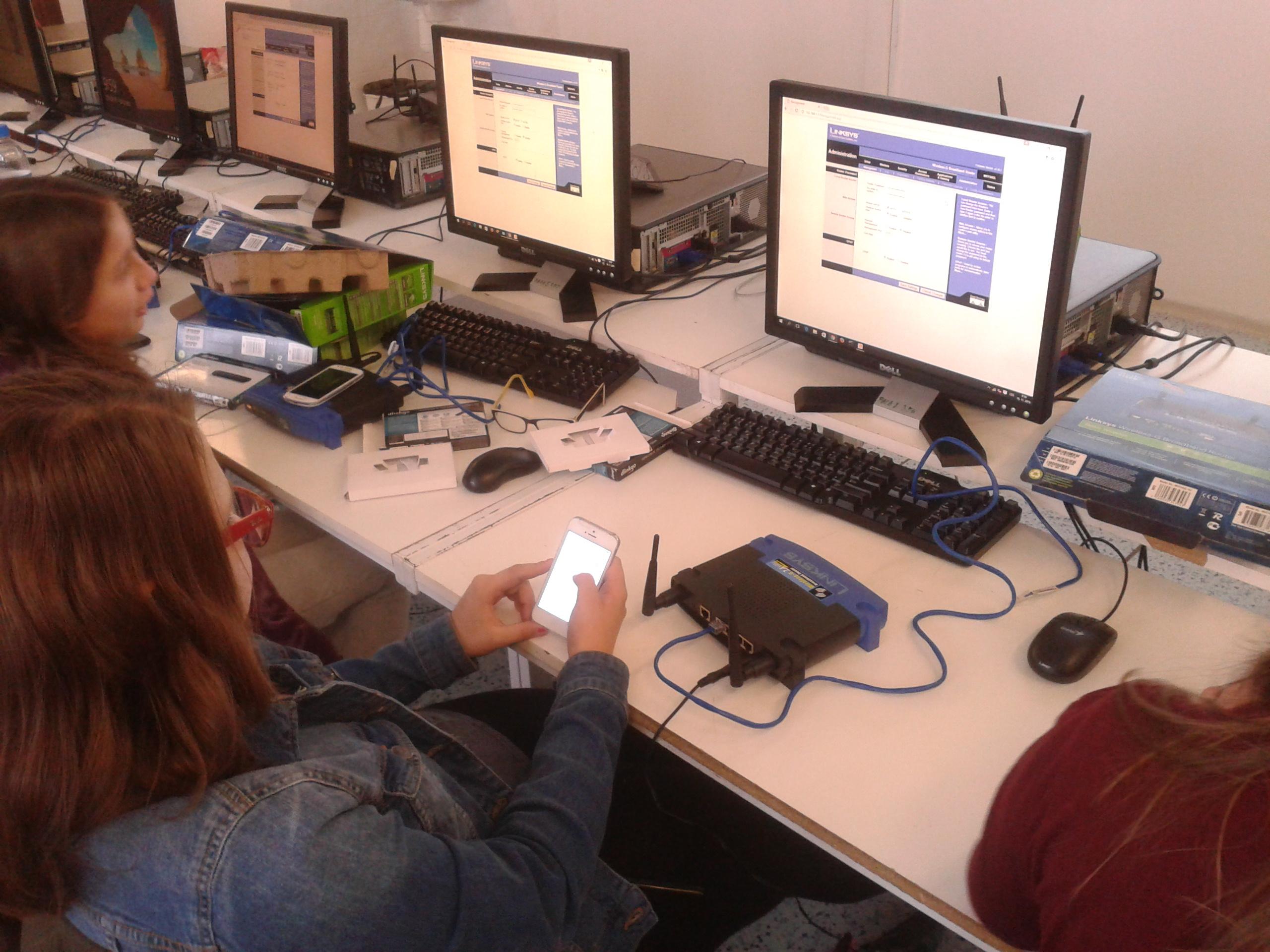 Žáci při nastavení domácí wifi.