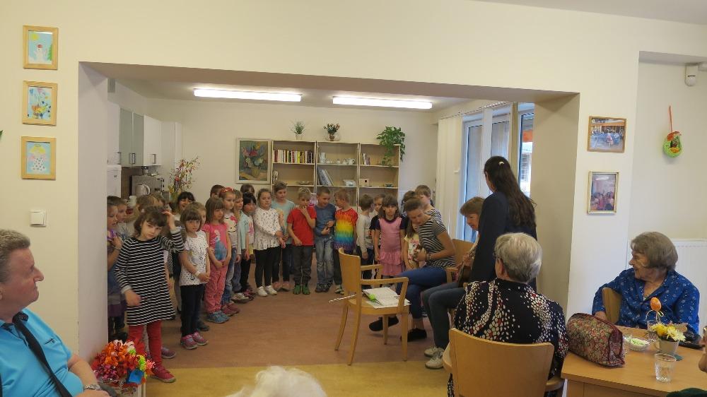 Jarní návštěva u babiček a dědečků – MŠ Jeseniova 98