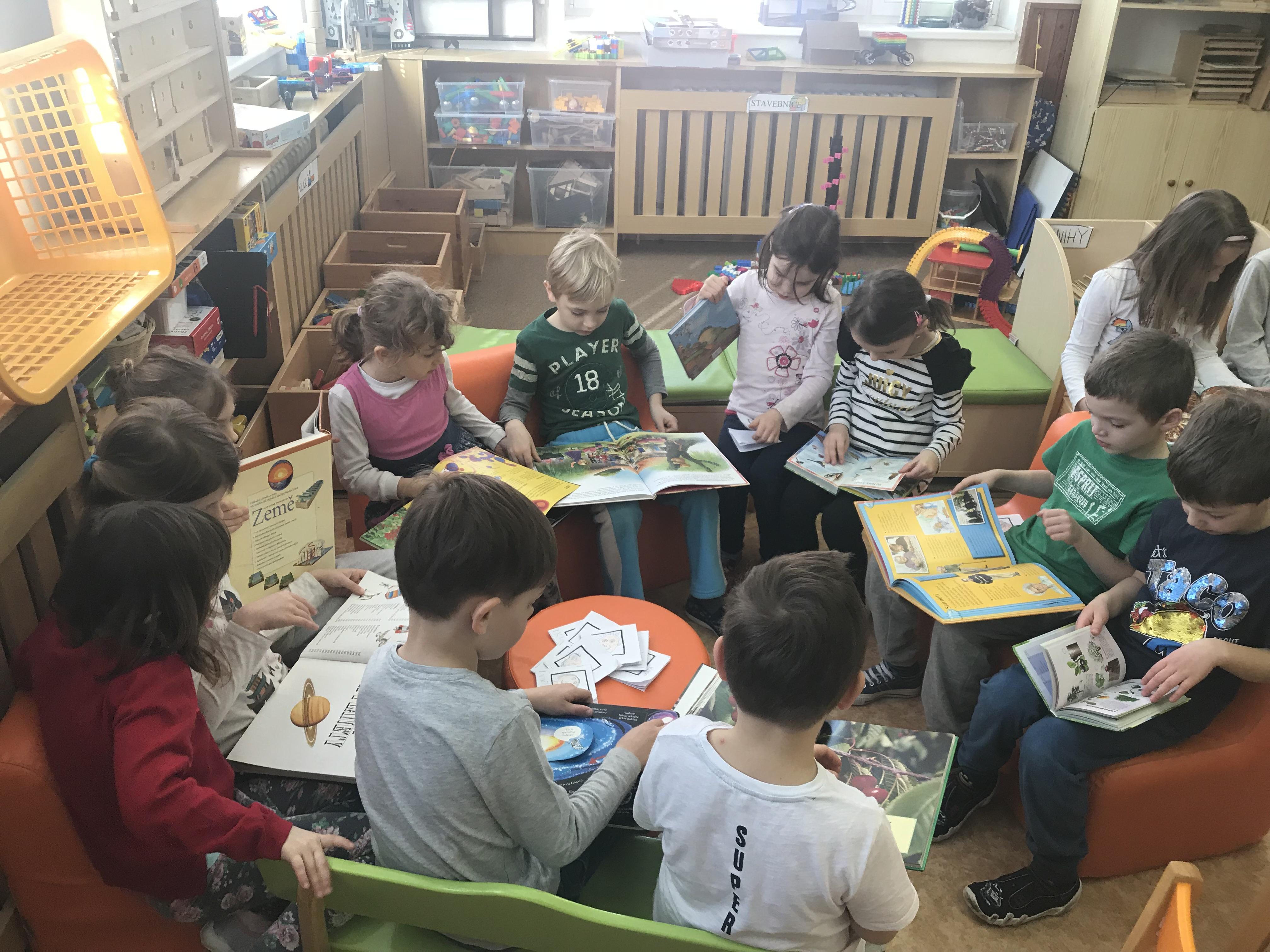 Hrajeme si na knihovnu U nás v MŠ VOZOVÁ 5