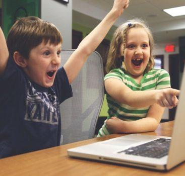 Průzkum: Češi se s dětmi baví o hrozbách internetu nejméně z EU
